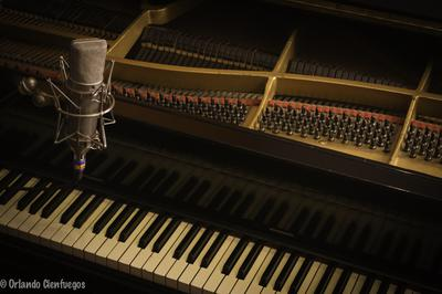 Neumann U87 and Piano Kimball 1940