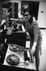 Norma Beecroft in the University of Toronto Electronic Music Studio (UTEMS) in 1967, mixing while manipulating the Ampex 352 ¼
